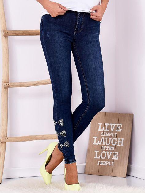 Ciemnoniebieskie jeansowe rurki z kokardkami z dżetów                              zdj.                              1