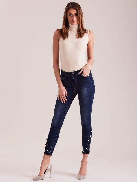 Ciemnoniebieskie jeansy 7/8 z perełkami                              zdj.                              4