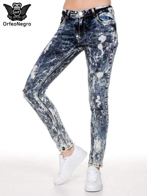 Ciemnoniebieskie mocno dekatyzowane spodnie jeansowe rurki z przetarciami                                  zdj.                                  1