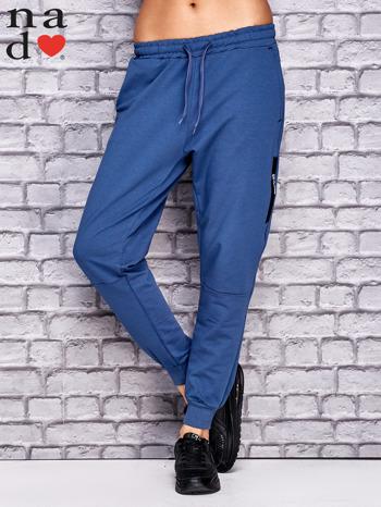 Ciemnoniebieskie spodnie dresowe z zasuwaną kieszonką                                  zdj.                                  1