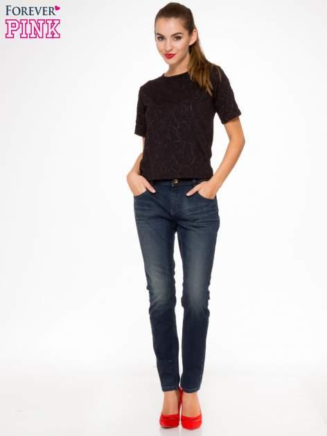 Ciemnoniebieskie spodnie jeansowe rurki z trójkątnymi kieszeniami tylnymi                                  zdj.                                  2