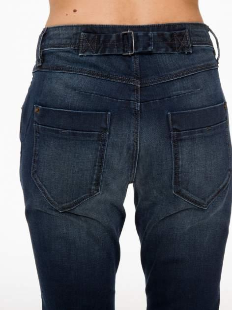 Ciemnoniebieskie spodnie jeansowe rurki z trójkątnymi kieszeniami tylnymi                                  zdj.                                  6