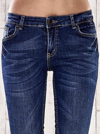 Ciemnoniebieskie spodnie jeansowe z łatami na kolanach                                  zdj.                                  4