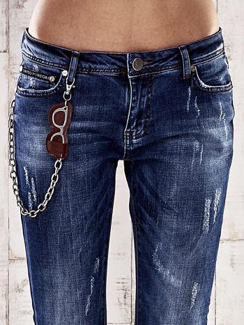 Ciemnoniebieskie spodnie regular jeans z łańcuszkiem                                  zdj.                                  4