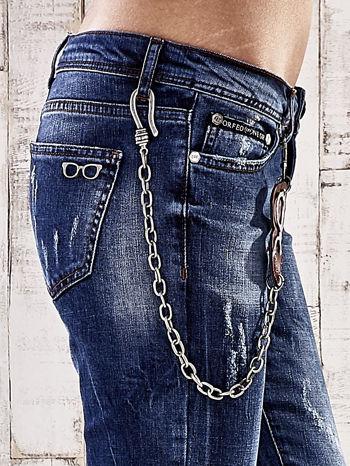 Ciemnoniebieskie spodnie regular jeans z łańcuszkiem                                  zdj.                                  5