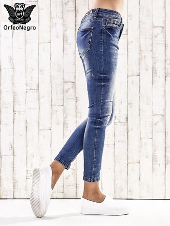 Ciemnoniebieskie spodnie regular jeans z przetarciami                                  zdj.                                  3