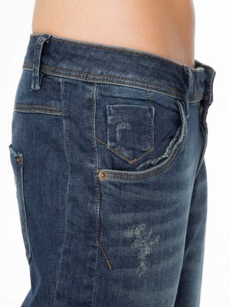 Ciemnoniebieskie spodnie typu boyfriend jeans z przetarciami                                  zdj.                                  6