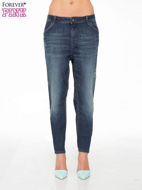 Ciemnoniebieskie spodnie typu boyfriend jeans z przetarciami                                  zdj.                                  1