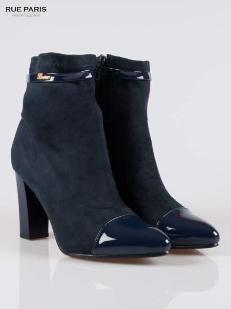 Ciemnoniebieskie zamszowe botki z lakierowanym noskiem w szpic w stylu Chanel                                  zdj.                                  2