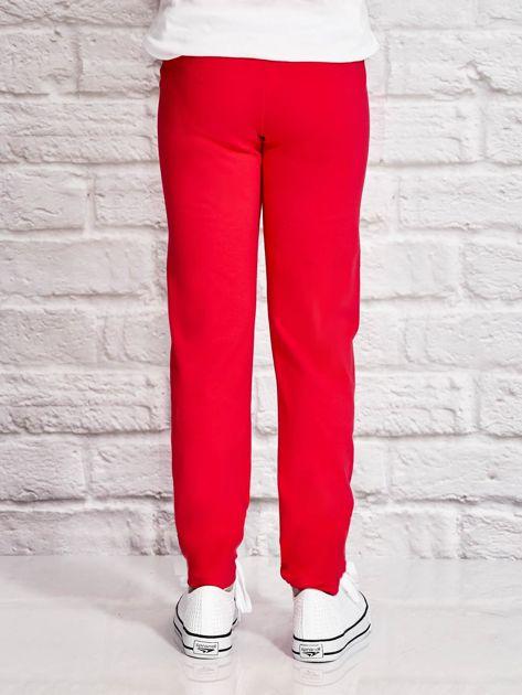 Ciemnoróżowe spodnie dresowe dla dziewczynki z nadrukiem kota na udzie                              zdj.                              3