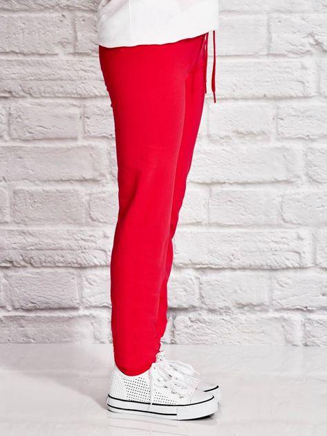 Ciemnoróżowe spodnie dresowe dla dziewczynki z napisem HAPPY                              zdj.                              2