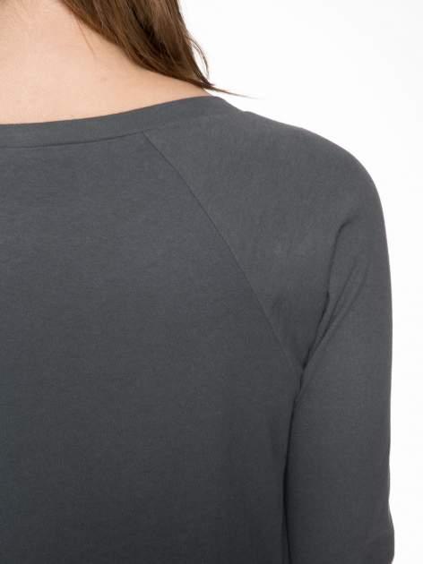 Ciemnoszara bawełniana bluzka z rękawami typu reglan                                  zdj.                                  7