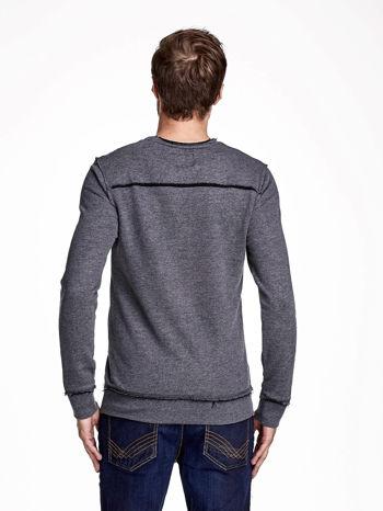 Ciemnoszara bluza męska z nadrukiem i surowym wykończeniem                                  zdj.                                  2