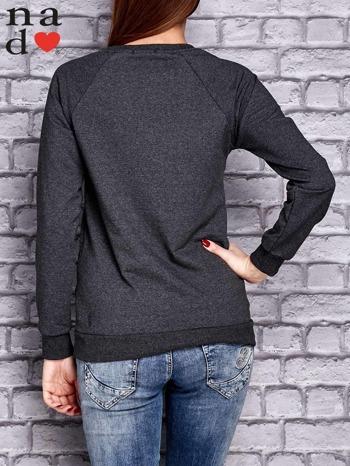Ciemnoszara bluza z naszywkami                                  zdj.                                  4