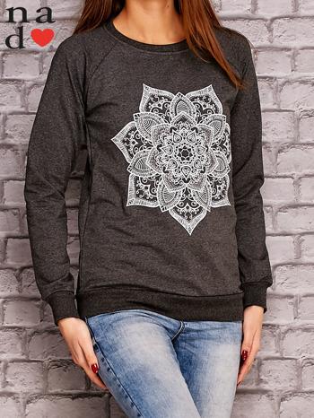 Ciemnoszara bluza z ornamentowym nadrukiem                                  zdj.                                  3