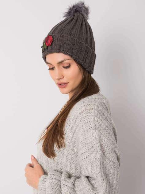 Ciemnoszara czapka zimowa z naszywką