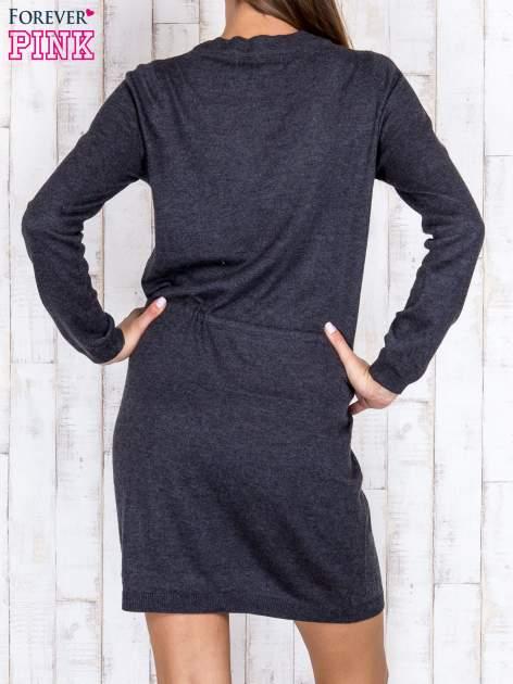 Ciemnoszara dzianinowa sukienka z wszytym w pasie sznurkiem                                  zdj.                                  4