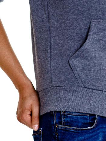 Ciemnoszara gładka bluza męska z kieszeniami i kapturem                                  zdj.                                  7