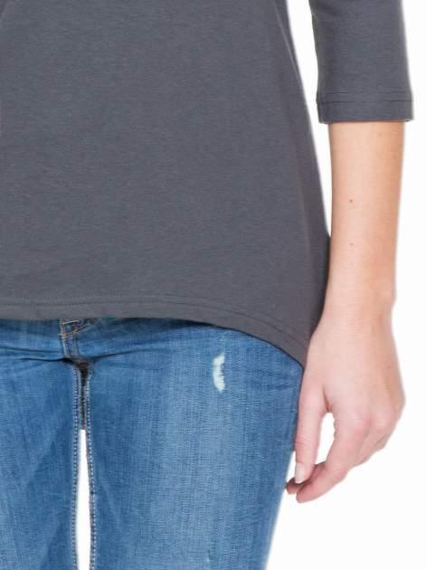 Ciemnoszara gładka bluzka z dłuższym tyłem                                  zdj.                                  6