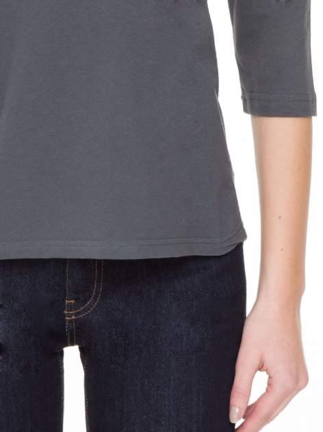 Ciemnoszara gładka bluzka z ozdobnymi przeszyciami                                  zdj.                                  6