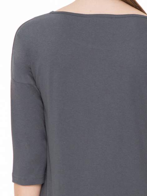 Ciemnoszara gładka bluzka z ozdobnymi przeszyciami                                  zdj.                                  7