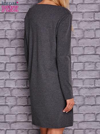 Ciemnoszara sukienka z ozdobną przypinką                              zdj.                              4