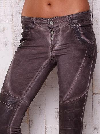 Ciemnoszare dekatyzowane spodnie z błyszczącym wykończeniem                                  zdj.                                  4