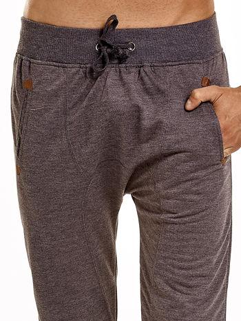 Ciemnoszare gładkie spodnie męskie ze skórzanymi wstawkami                                  zdj.                                  5