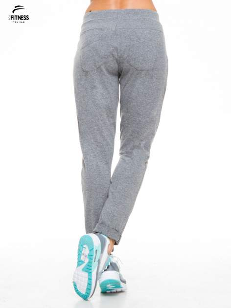 Ciemnoszare spodnie dresowe wiązane w pasie                                  zdj.                                  2