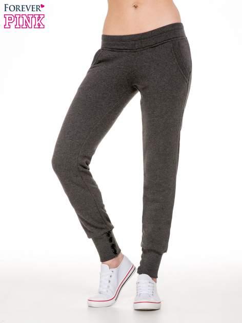 Ciemnoszare spodnie dresowe z guziczkami przy ściągaczu                                  zdj.                                  1