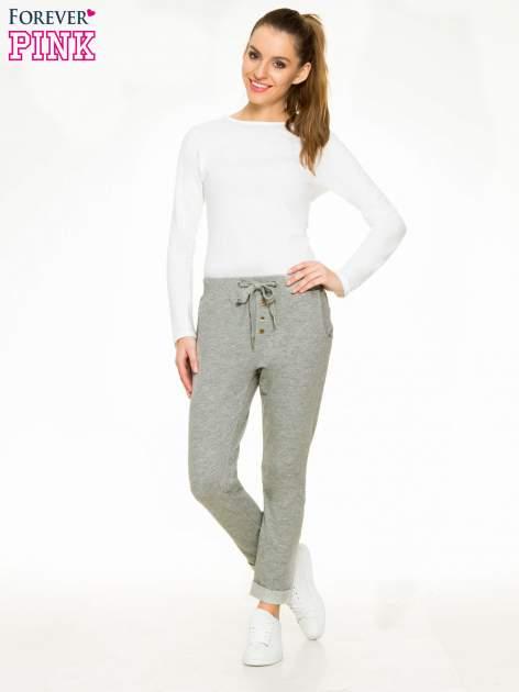 Ciemnoszare spodnie dresowe z guzikami wiązane w pasie                                  zdj.                                  4
