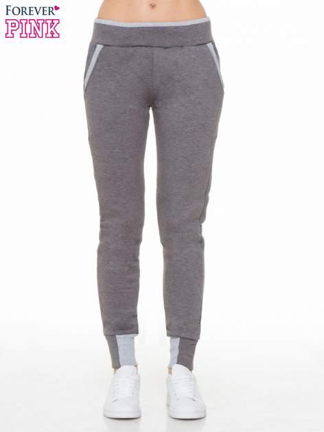 Ciemnoszare spodnie dresowe z kontrastowymi wstawkami                                  zdj.                                  1