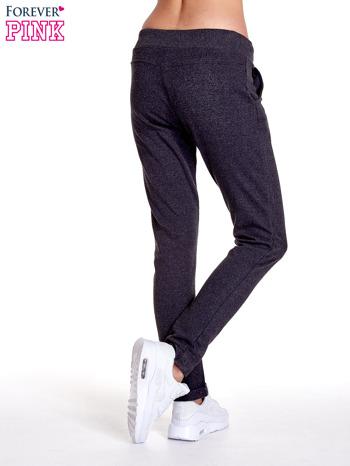 Ciemnoszare spodnie dresowe z prostą nogawką                                  zdj.                                  4