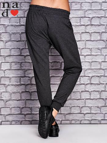 Ciemnoszare spodnie dresowe z troczkami                                  zdj.                                  2