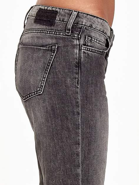 Ciemnoszare spodnie girlfriend jeans z rozcięciami na kolanach                              zdj.                              6