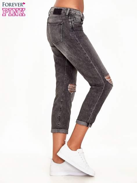 Ciemnoszare spodnie girlfriend jeans z rozcięciami na kolanach                              zdj.                              3