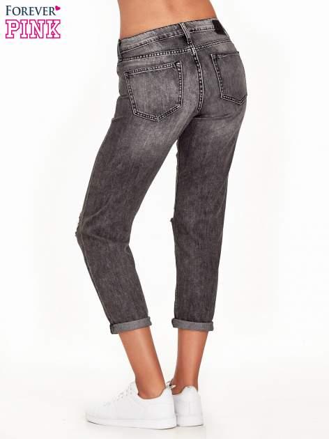 Ciemnoszare spodnie girlfriend jeans z rozcięciami na kolanach                                  zdj.                                  2