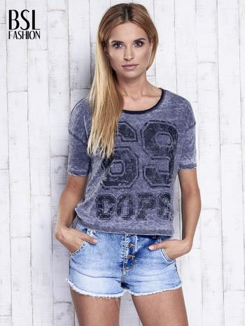 Ciemnoszary dekatyzowany t-shirt z brokatowym nadrukiem                                  zdj.                                  5