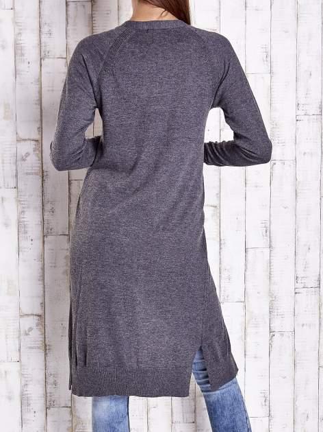 Ciemnoszary długi sweter z ażurowym zdobieniem szwów                                  zdj.                                  4