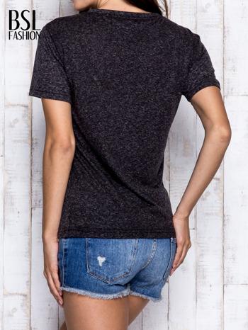 Ciemnoszary melanżowy t-shirt z trójkątnym dekoltem                                  zdj.                                  5