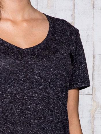 Ciemnoszary melanżowy t-shirt z trójkątnym dekoltem                                  zdj.                                  6