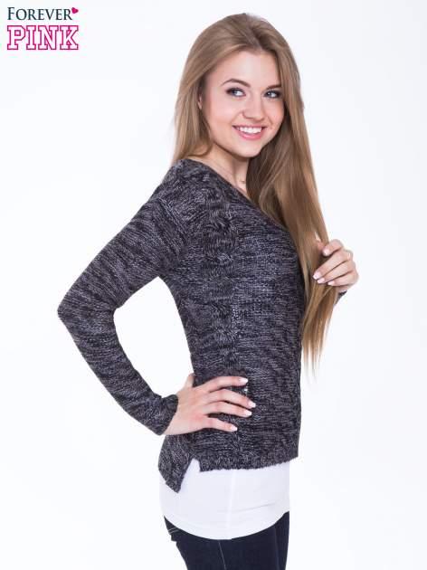 Ciemnoszary sweter z warkoczowym splotem z przodu                                  zdj.                                  2