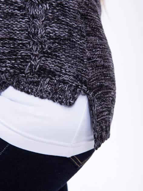 Ciemnoszary sweter z warkoczowym splotem z przodu                                  zdj.                                  6