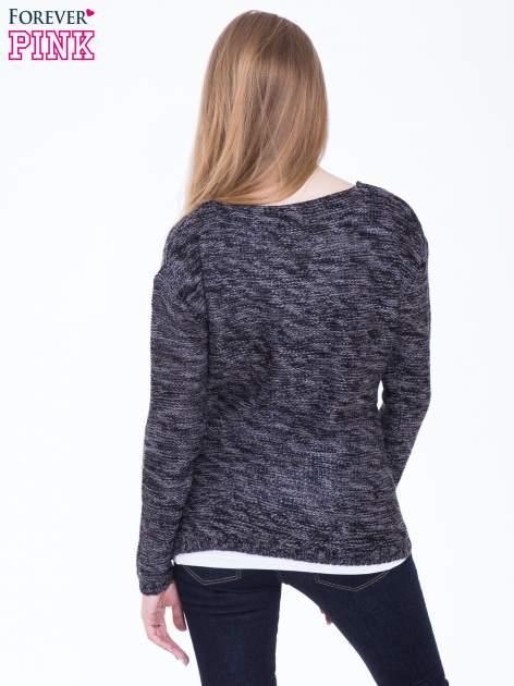 Ciemnoszary sweter z warkoczowym splotem z przodu                                  zdj.                                  3