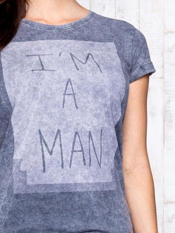 Ciemnoszary t-shirt acid wash z napisem I'M A MAN                                  zdj.                                  6