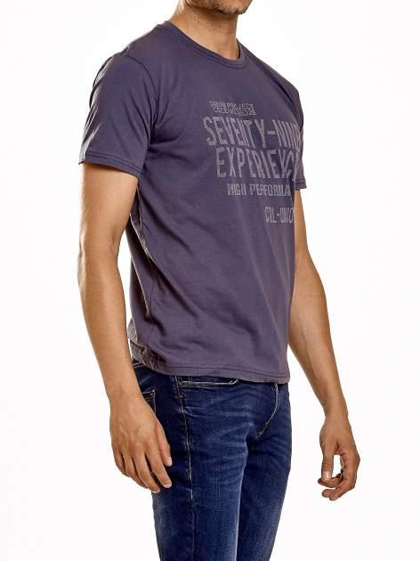 Ciemnoszary t-shirt męski z nadrukiem napisów                                  zdj.                                  4