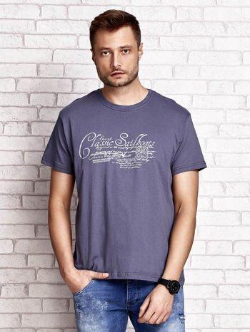 Ciemnoszary t-shirt męski z napisami i liczbą 83                                  zdj.                                  1