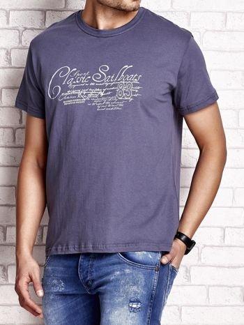 Ciemnoszary t-shirt męski z napisami i liczbą 83                                  zdj.                                  3