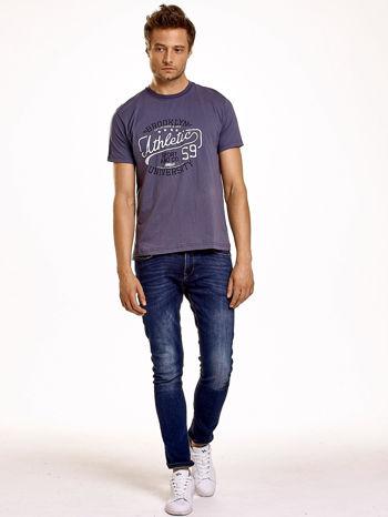 Ciemnoszary t-shirt męski z napisem BROOKLYN ATHLETIC UNIVERSITY                                  zdj.                                  3