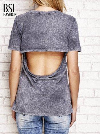 Ciemnoszary t-shirt z egzotycznym nadrukiem dłoni i wycięciem na plecach